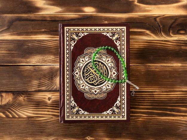 Widok z góry na świętą księgę z bransoletką