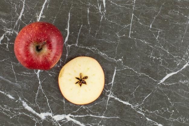 Widok z góry na świeże czerwone jabłko. całe i pokrojone w plastry.