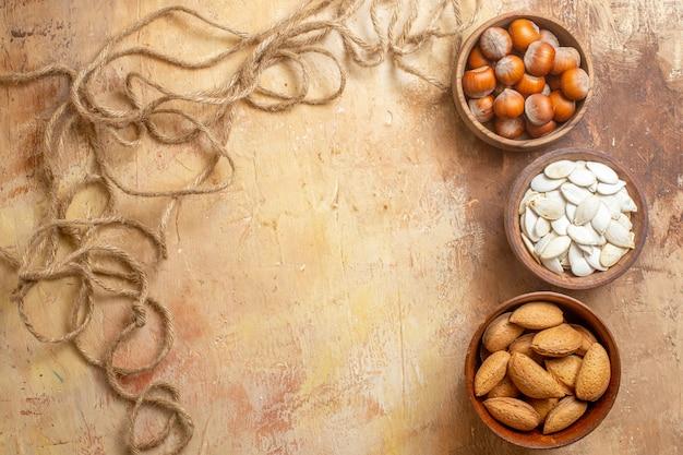 Widok z góry na świeże nasiona wyłożone na drewnianym biurku