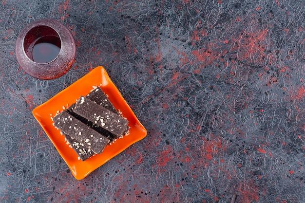 Widok z góry na świeże plastry ciasta ze szklanką soku.