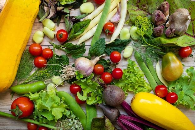 Widok z góry na świeże warzywa w tle