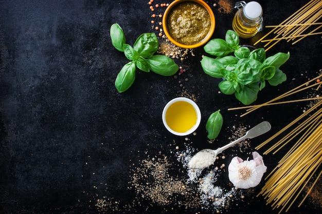 Widok z góry na świeży makaron z aromatycznymi ziołami