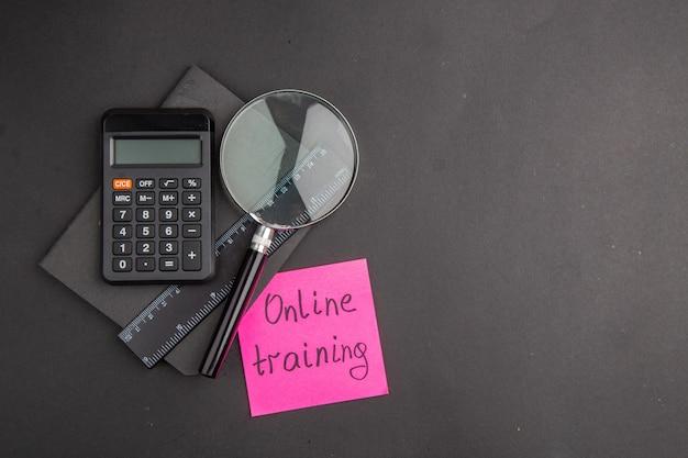 Widok z góry na szkolenie online napisane na karteczkach samoprzylepnych linijka długopis kalkulator lupa notatnik na ciemności