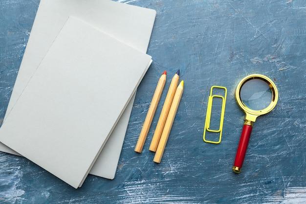 Widok z góry na szkolne materiały edukacyjne. pulpit