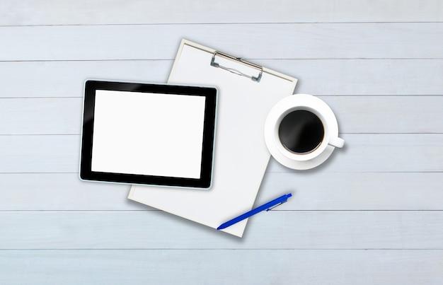 Widok z góry na tablet na białej drewnianej podłodze w stylu biurowym.