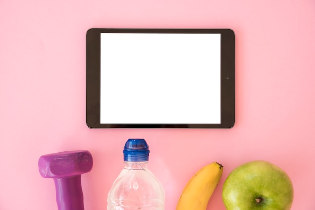 Widok z góry na tablet ze zdrowymi rzeczami
