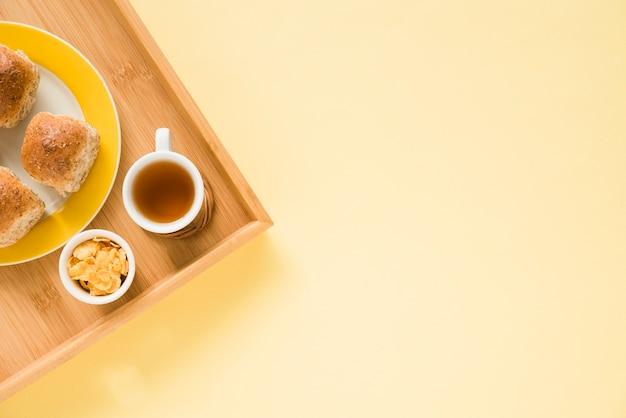 Widok z góry na tacę śniadaniową