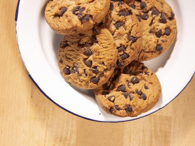 Widok z góry na talerz domowych ciasteczek czekoladowych na drewnianym stole