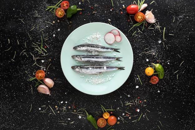 Widok z góry na talerz z rybami i dodatkami