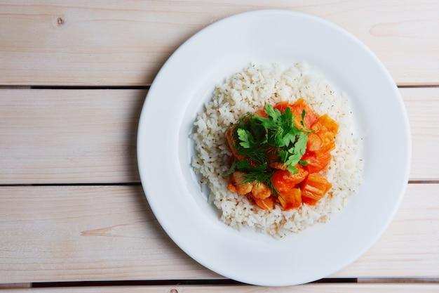 Widok z góry na talerz z ryżem, filetem z kurczaka i papryką