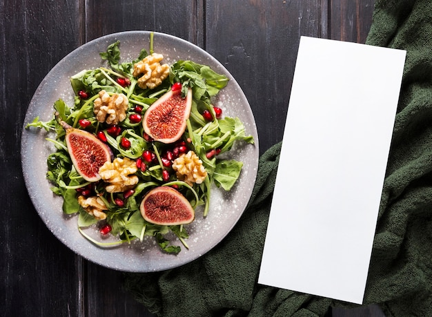 Widok z góry na talerz z sałatką figową
