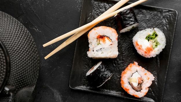 Widok z góry na talerz ze świeżymi rolkami sushi