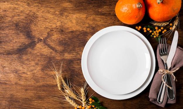 Widok z góry na talerze na kolację dziękczynną ze sztućcami i miejscem na kopię