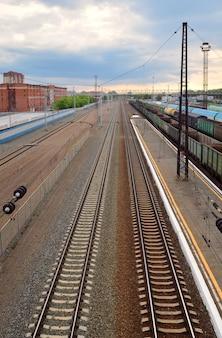 Widok z góry na tory kolejowe pociągi towarowe puste samochody odcinek kolei transsyberyjskiej