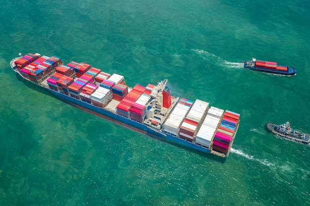 Widok z góry na transport statków i kontenerowiec na morzu