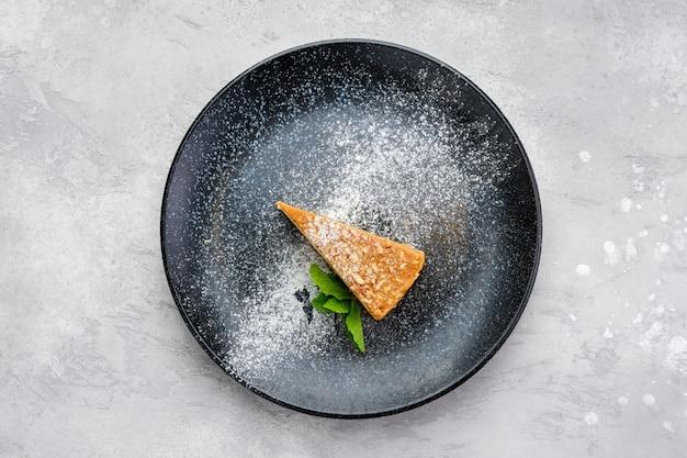 Widok z góry na trójkątny kawałek ciasta karmelowego na talerzu