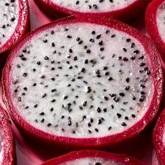 Widok z góry na tropikalne egzotyczne pokrojone okrągłe plasterki owocu smoka lub pitaja