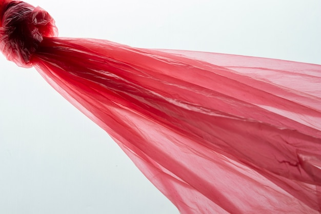 Widok z góry na układ czerwonych toreb plastikowych
