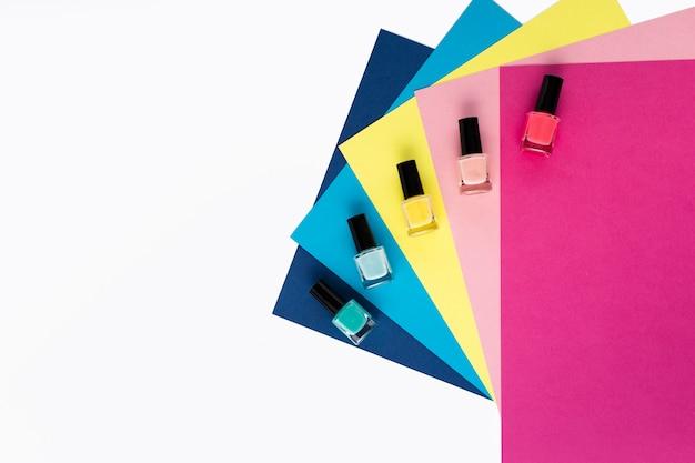 Widok z góry na układ różnych kolorów lakieru do paznokci