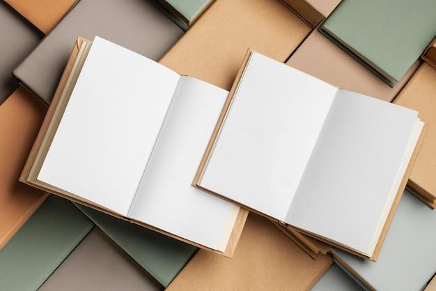 Widok z góry na układ różnych książek