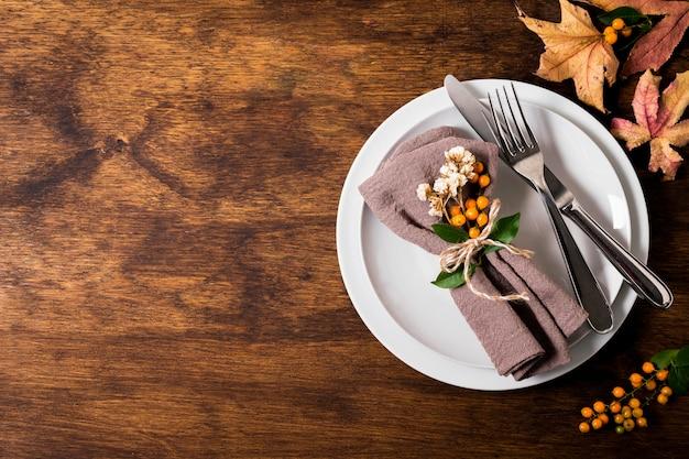 Widok z góry na układ stołu dziękczynienia z miejscem na kopię i sztućcami