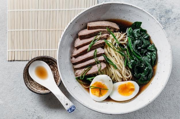 Widok z góry na układ tradycyjnych japońskich potraw