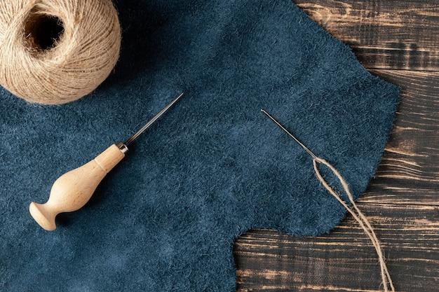 Widok z góry na ułożenie tkaniny i nici