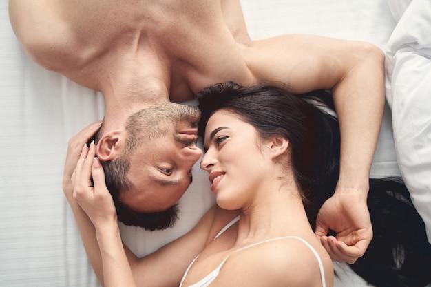 Widok z góry na uśmiechniętą uroczą młodą kobietę i przystojnego mężczyznę śniącego na jawie