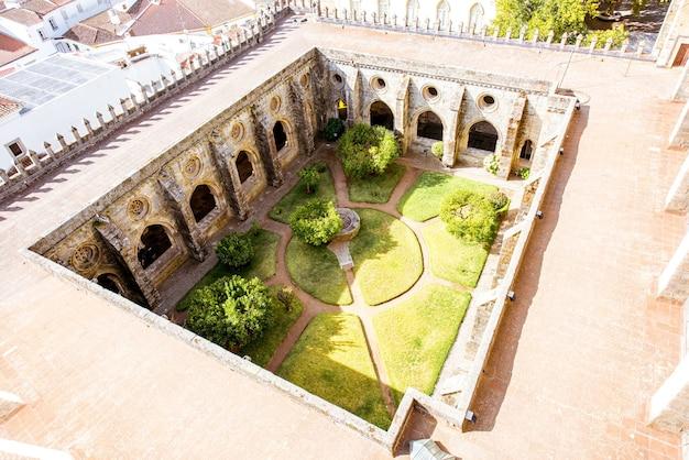Widok z góry na wewnętrzny dziedziniec głównej katedry w mieście evora w portugalii