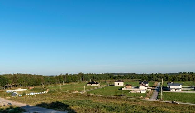 Widok z góry na wiejski krajobraz w słoneczny wiosenny dzień. wioska z domkami