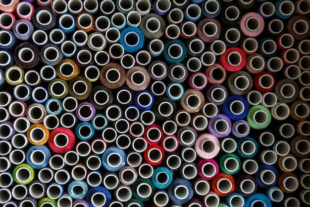 Widok z góry na wiele kolorowych nici do szycia motkach