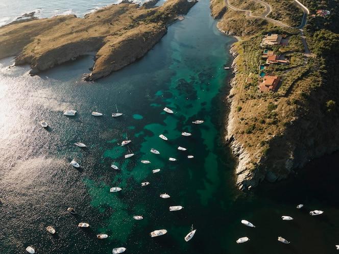 widok z góry na wiele podróżujących łodzi