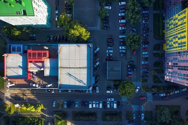 Widok z góry na wiele samochodów na ulicy w pobliżu budynków mieszkalnych.