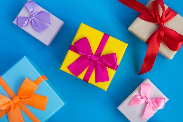 Widok z góry na wielokolorowe pudełka na prezenty na niebieskiej powierzchni