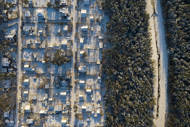 Widok z góry na wioskę letnią zimą w lesie pod mińskiem. białoruś.