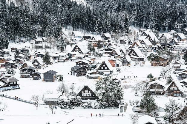 Widok z góry na wioski shirakawa-go w dzień opadów śniegu