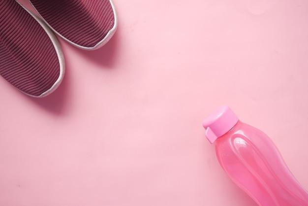 Widok z góry na wodę w różowej plastikowej butelce pink