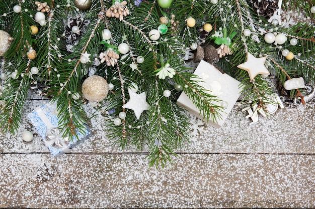 Widok z góry na wystrój świąteczny z sosny, koralików i płatków śniegu