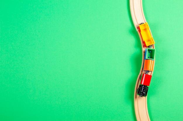Widok z góry na zabawkowy pociąg i drewniane szyny