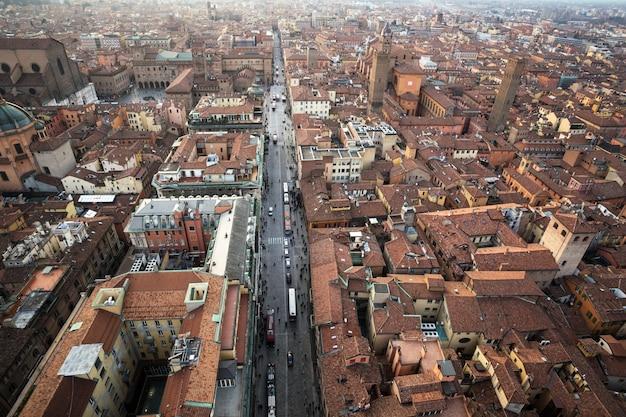 Widok z góry na zabytkowe centrum bolonii we włoszech