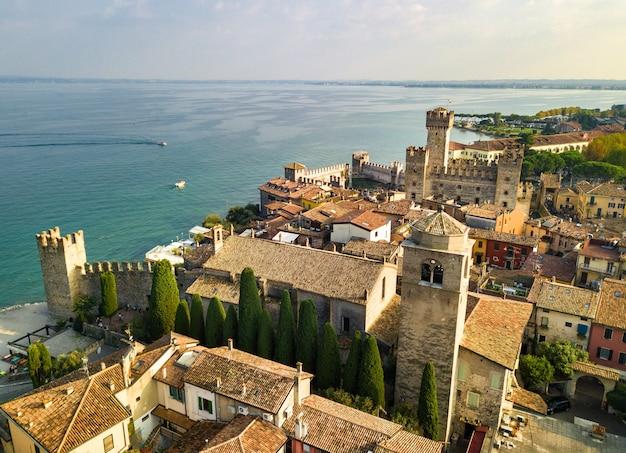 Widok z góry na zamek scaligera i sirmione nad jeziorem garda.italy.tuscany.