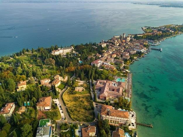 Widok z góry na zamek scaligera i sirmione nad jeziorem garda toskania