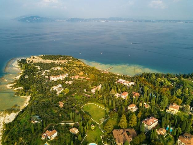 Widok z góry na zamek scaligera i sirmione nad jeziorem garda. włochy. toskania.