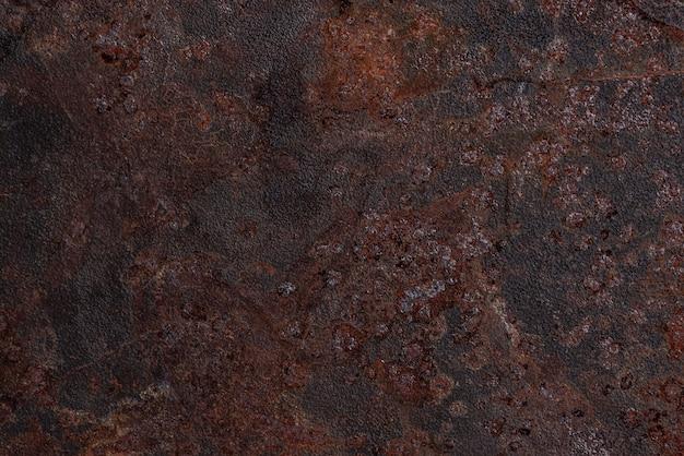 Widok z góry na zardzewiałą metalową powierzchnię