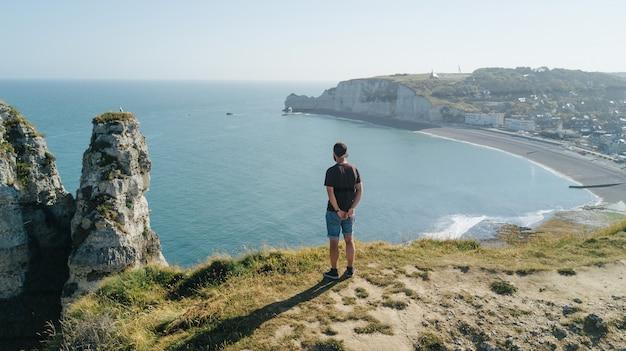 Widok z góry na zatokę i alabastrową zatokę etretat z turystą patrząc w dół, francja