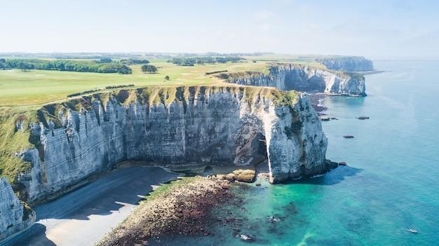 Widok z góry na zatokę i alabastrową zatokę klifu etretat we francji