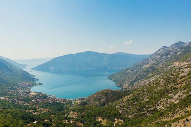 Widok z góry na zatokę kotorską, czarnogóra. kolorowy krajobraz z łodziami i jachtami w zatoce mariny, morze, góry, błękitne niebo
