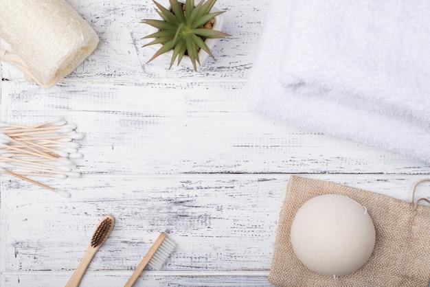 Widok z góry na zdjęcie produktów do kąpieli ekologicznej na białym tle drewnianych z copyspace