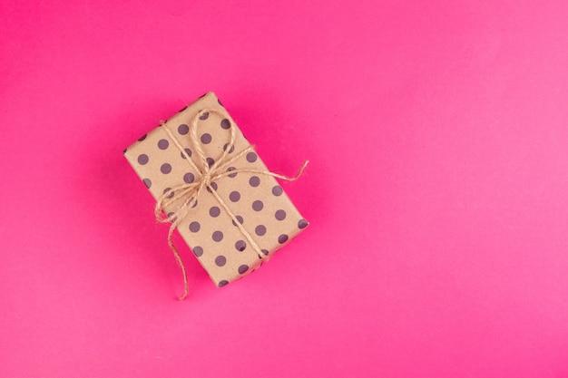Widok z góry na zdobiony prezent z kokardą na różowo