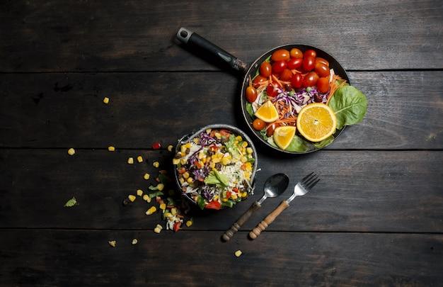 Widok z góry na zdrową kolację z widelcem i łyżką